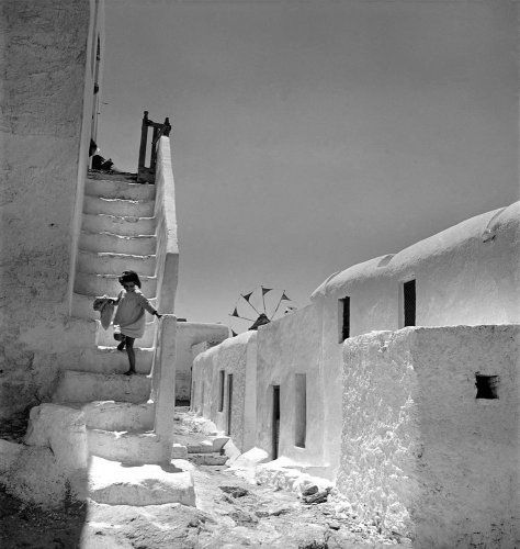 Κορίτσι κατεβαίνει σκαλιά. Μύκονος, 1950-1955 Βούλα Θεοχάρη Παπαϊωάννου