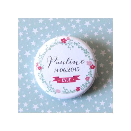 Badge EVJF Couronne de Fleurs. Cadeau original pour la future mariée et ses amies présentes pour l'enterrement de vie de jeune fille (EVJF)... Ce Badge EVJF personnalisé est un souvenir original à conserver en souvenir de cette journée.