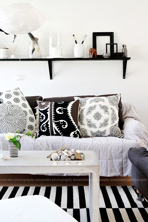 black and white: White Patterns, Idea, Living Rooms, Black And White, Interiors, Cushions, White Pillows, Black White Pattern, Patterns Mixed