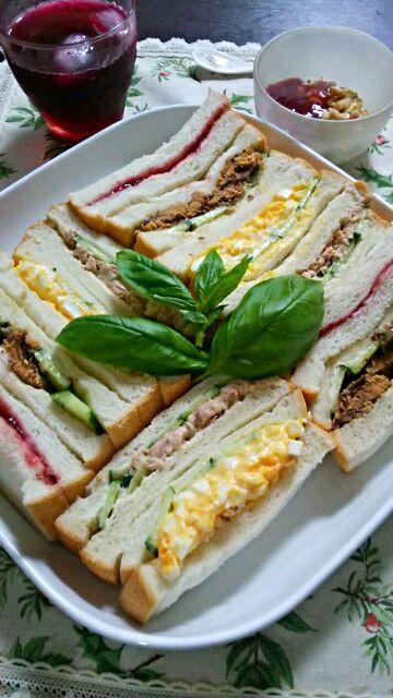 久しぶりのモーニングサンドイッチ♪  鰯の味噌煮の缶詰をサンドイッチに入れてみました。 意外と息子たちもみんな食べたよ~(*´∀`)私も、おすすめです。  そして、タマゴサンド、ツナサンド、キイチゴジャムサンド。  赤ジソジュースとヨーグルトです。  きょうも、一日頑張りましょう♪ - 159件のもぐもぐ - おはよう、サンドイッチ♪ by ゆっこ