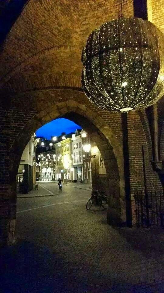 De Sassenstraat vanonder de Sassenpoort #Mooi Zwolle.