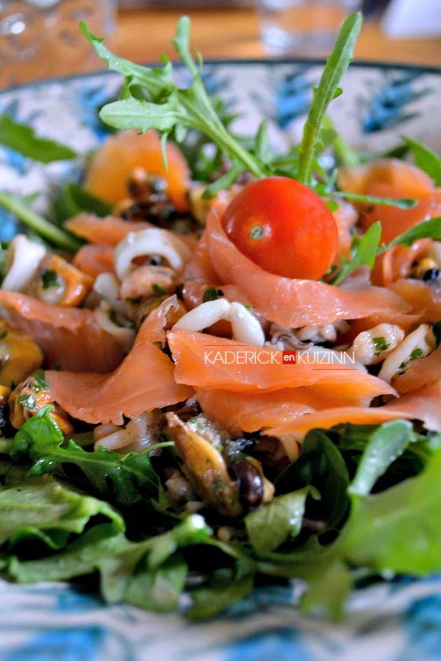 Salade de la mer - Salade tiède au saumon, crevette, calamar et moule grillés à la plancha  - Kaderick en Kuizinn©