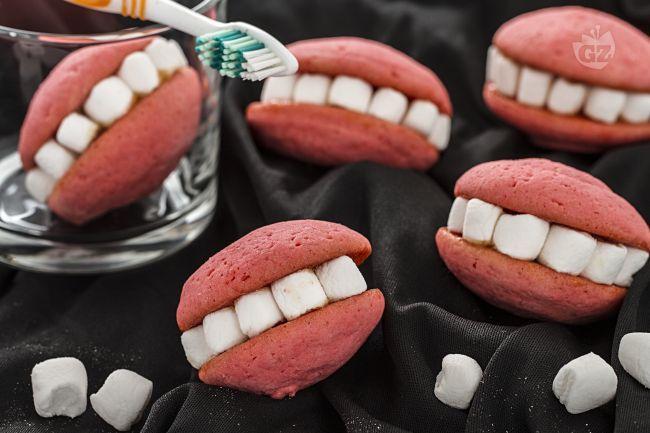 Le dentiere sono dei divertenti whoopie mascherati da dentiera: i denti sono fatti con marshmallow bianchi e sono tenuti insieme da marmellata.