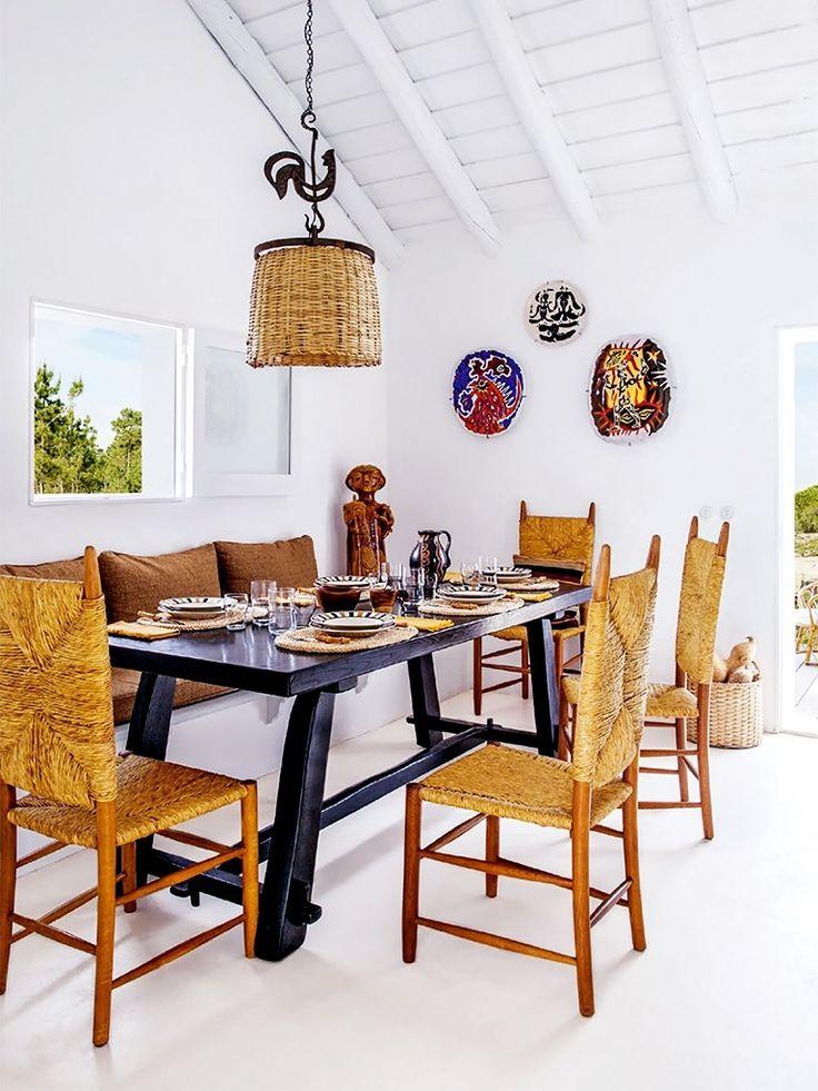 Sala de Jantar com Cadeiras e Luminária de Palha