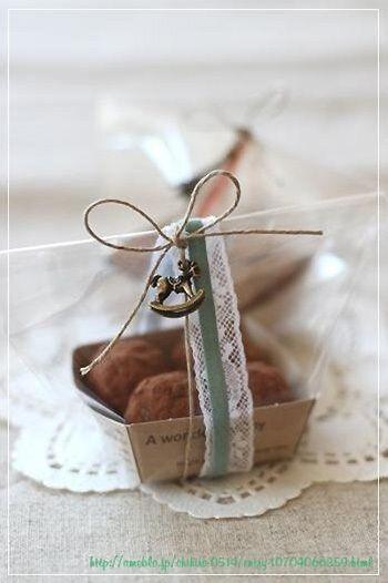 麻紐に、リボンとレースとアンティークなチャームをプラス。自家製の焼き菓子が、まるでお店の売り物みたい!
