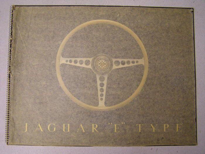 Jaguar E-type Series I - de oorspronkelijke lancering brochure - 1961  De beroemde E-type brochure met het stuurwiel op de cover.Het was de brochure van de lancering van deze prachtige Jaguar in 1961.Dit is de tweede editie met de eerste roadtest van de Autocar zo 12 interne pagina's.Dit is de meest zeldzame versie omdat er nog steedsde BESCHERMFOLIE van papier in gebonden om te stoppen met de hoogglans klep wordt beschadigd maar de dealers vaak verwijderd deze.De eerste edities van 1961 en…