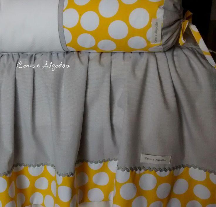 Saia de berço amarelo e cinza. www.coresealgodao.com.br