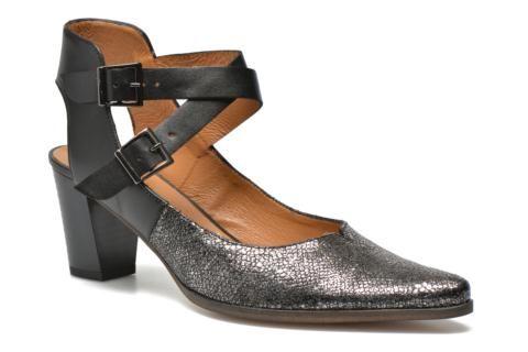 Les chaussures Karston s'adressent aux femmes qui aiment faire leur mode à elles, des femmes qui aiment affirmer leur personnalité sans perdre de vue l'air du temps. Bottes, bottines, escarpins ou ballerines, les chaussures Karston jouent toutes sur les f ...