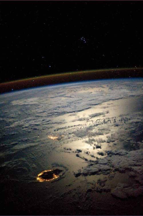 #LaReunion et #Maurice sous le clair de lune et prise depuis la Station Spatiale Internationale par l'astronaute américaine Karen Nyberg
