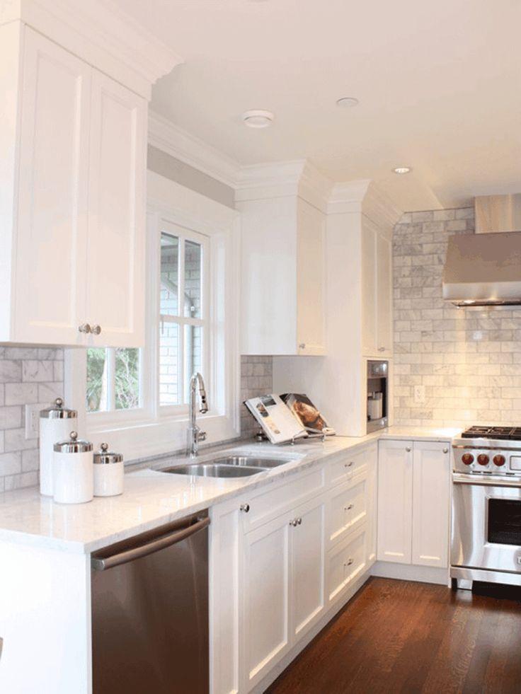 déco de cuisine blanche avec un dosseret en carrelage gris