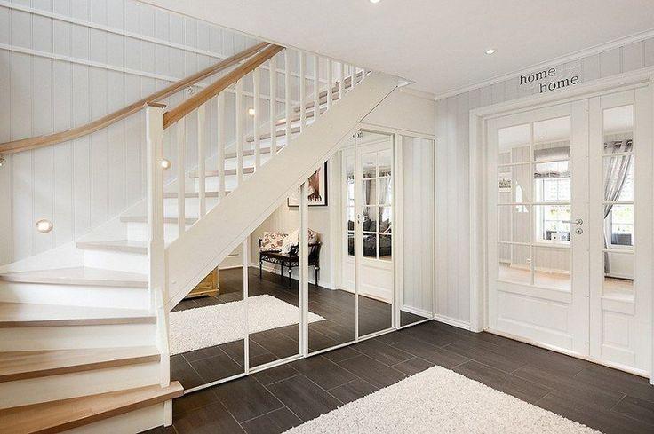 armoire pratique sur mesure aménagée sous l'escalier