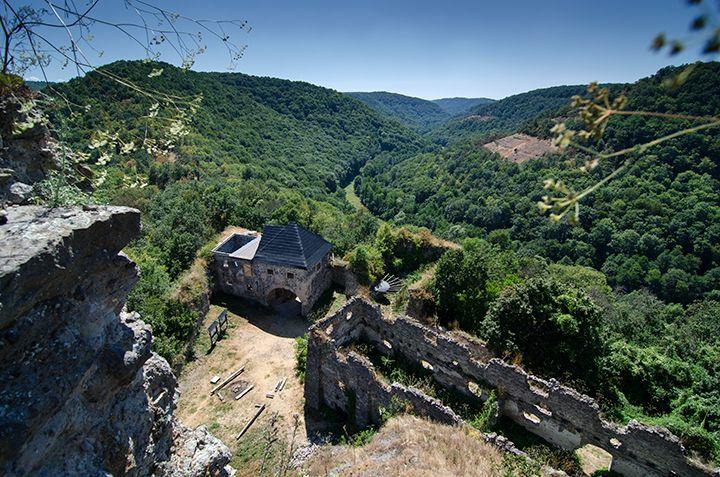 Zrúcanina hradu Čabraď. K hradu sa dá dostať od Lučenca alebo od Krupiny. Chodník vedie lesom aj lúkou, ak je vonku horúco, treba si so sebou zobrať veľa vody - aj keď pod hradom je prameň. Viac vo výlete: http://www.podmevon.sk/vylet/v011bwyu8fr