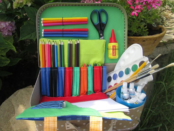 Kufřík pro prvňáčky Kufřík plný všeho potřebného pro maléprvňáčky. Vhodné jako dárek k narozeninám, na Vánoce pod stromeček,do školy nebo jen tak pro radost. V kufříku najdete všechno potřebné do školy - pastelky, voskovky, fixy, tempery a vodovky, paletu, nůžky, ořezávátko a gumu, papíry na kreslení a mnoho dalšího. Navíc je pro děti připravena sada...