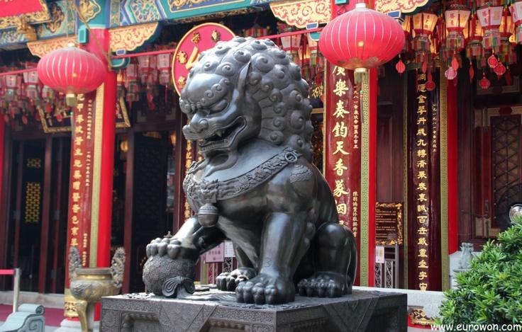 León guardián chino en el templo Wong Tai Sin de Hong Kong.