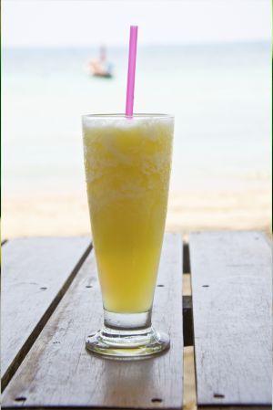 Un délicieux #cocktail Azzuro rafraîchissant au goût léger et #fruité !