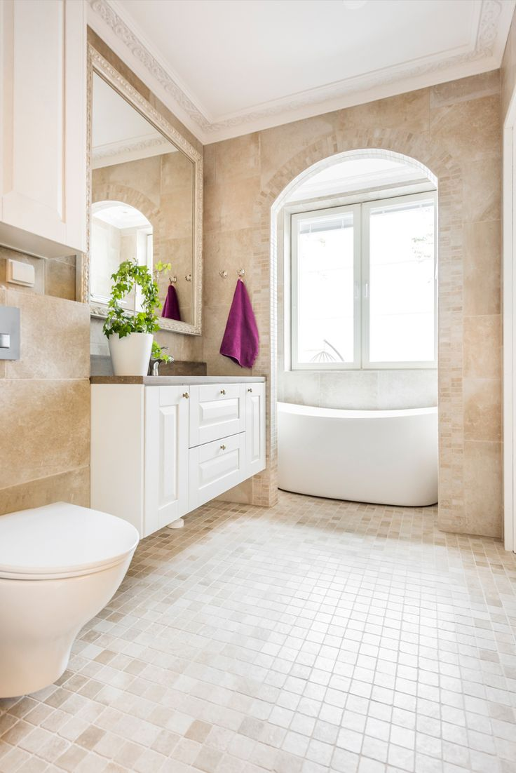 Villa Tango. Kylpyhuoneessa Les Dalles -sarjan Champagne-värisiä laattoja useassa eri koossa. #pukkilalaatat #pukkila
