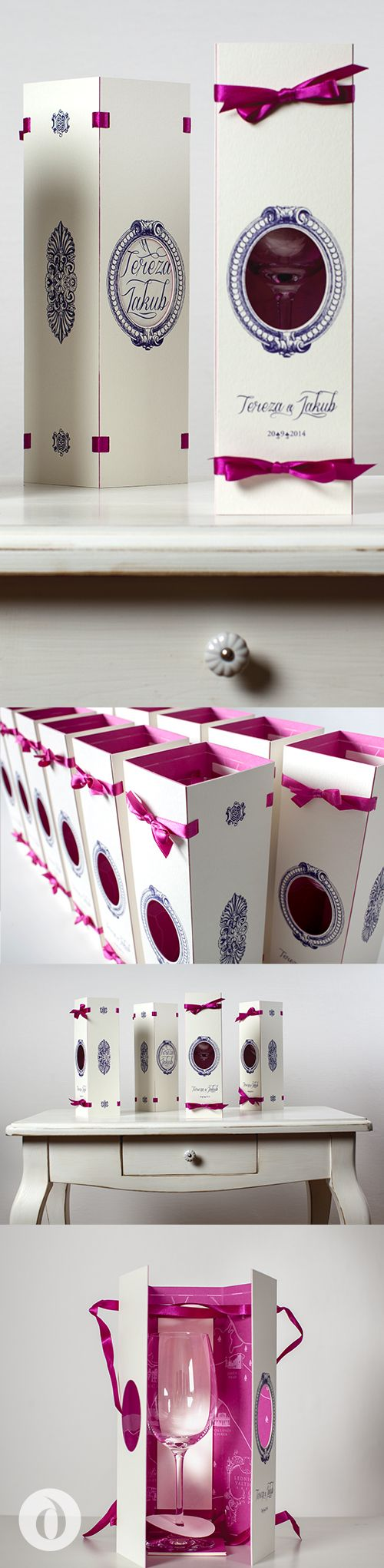Original extraordinary wedding invitation - package with a map and wine glass as a gift / Originální, neobyčejné svatební oznámení -  sklenice na víno zabalená jako dárek