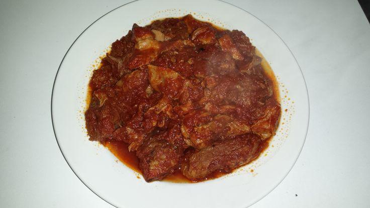 Miskiglio con sugo di carne  Soffriggete un aglio in olio extra vertigine d'oliva calabrese. Aggiungete poi un trito di carote, sedano e cipolle facendolo rosolare qualche minuto, il tutto sfumato con la polvere macinata di peperoni dolci di Senise igt. Si aggiunge lo spezzatino che una volta rosolato si sfuma con vino rosso sangiovese, lasciatelo evaporare e poi aggiungete la salsa di pomodoro, sale e pepe quanto basta . Cottura 2-3 ore a fuoco lento… Buon Appetito!