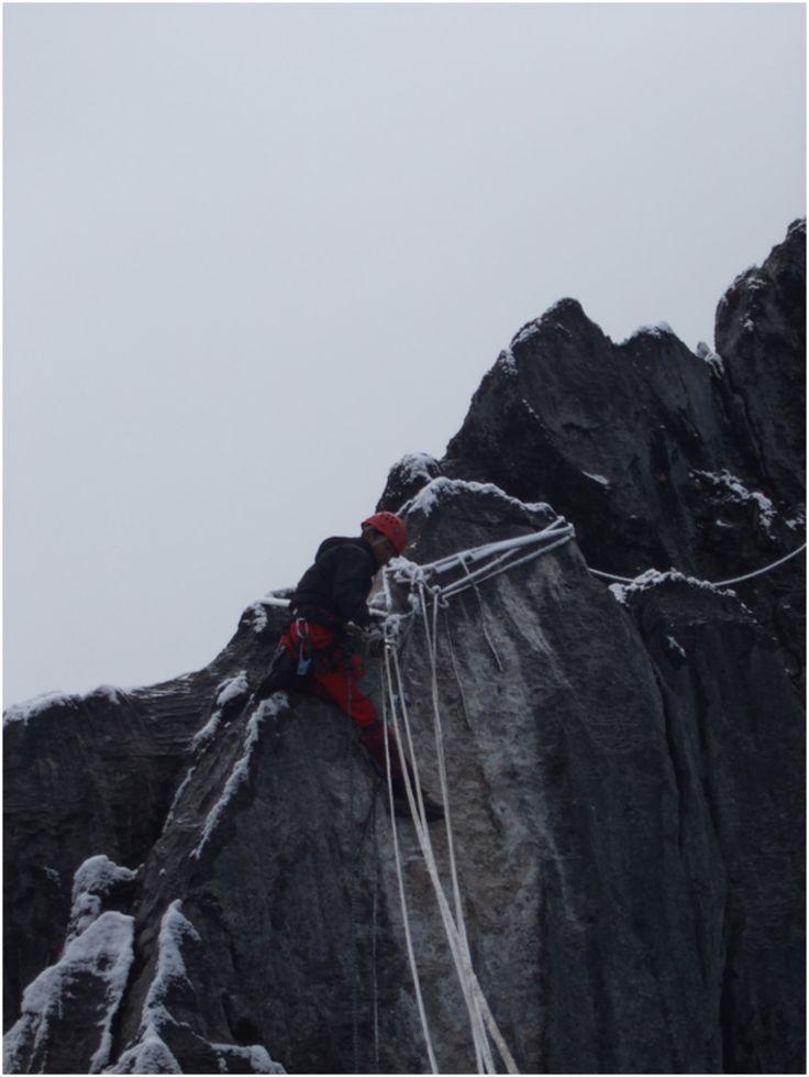 Cartenz Piramid merupakan satu dari tiga pegunungan bersalju di dunia yang dilaluigariskhatulistiwaselain Kilimanjaro di Kenya AfrikadanPegunungan Aconcagua di Amerika Selatan. Puncaknya setinggi 4.884 mdpl berdiritegak di Pegunungan Sudirman, Papua. Berada di puncaknya merupakan impian bagi setiap pendaki seluruh dunia, tak terkecuali Unit Pandu Lingkungan Mahasiswwa Pecinta Alam Universitas Jenderal Soedirman (UPL MPA UNSOED) yang telah …
