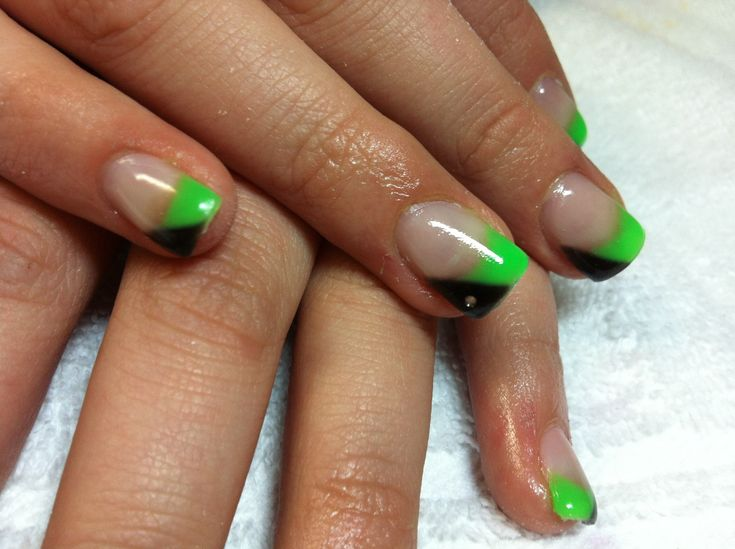 Check out these amazing half green half black nails with the silver glitter line to separate the two colors. Description from slodive.com. I searched for this on bing.com/images