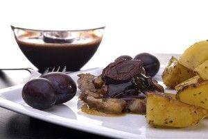 Pork with chocolate, prunes, raisins and cinnamon - delicious italian dishes