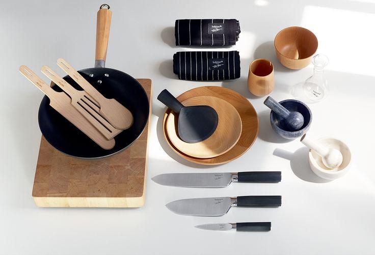 L'idée de cette collection fabriquée et éditée en exclusivité par Habitat, se fonde sur une philosophie qui rend hommage à l'essence des choses : dessiner des ustensiles pour une cuisine universelle, assurer la maîtrise du feu et du temps, et offrir des outils qui permettent de bien cuisiner, tout simplement…