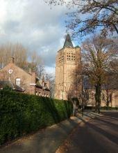 De kerk is gebouwd in de 15e eeuw. Hij is een voorbeeld van Kempische gotiek: veel baksteen gebruikt en weinig natuursteen. De toren had oorspronkelijk een hogere spits. Nadat die tijdens een storm op 9 november 1800 op het dak van het schip stortte is hij vervangen door een lagere. De dwarsbeuke…