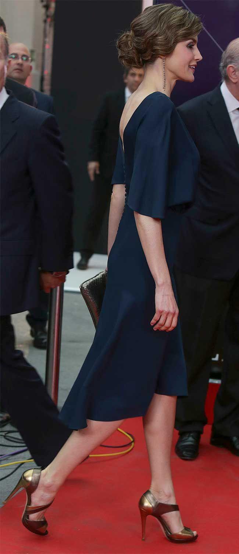 La Reina Letizia con un vestido de color azul noche . 05.05.2016