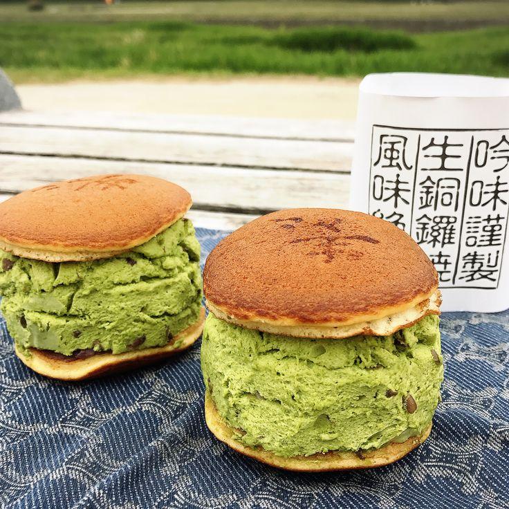 京都にある朧屋瑞雲堂は、創業2009年の新店。ここの「生銅鑼焼(なまどらやき)」は、たっぷりクリームを挟んだボリューム満点のどら焼き。売切れ必須の人気の生どら焼きは、小豆と生クリームがたっぷり入った冷蔵して楽しむスイーツです。