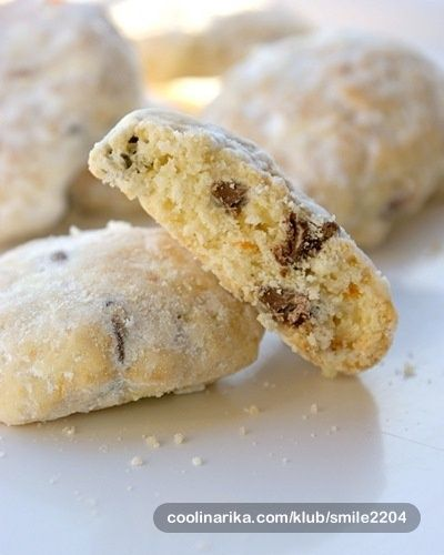 U masi blagdanskih kolača ovo je moj favorit ...što zbog prhkosti ....što zbog finih komadića čokolade koje krije svaki kolačić ... Uz taj kolačić želim vam svima čestit Božić i svima vama želim samo vesele i lijepe trenutke u novoj 2012.godini <3 <3 <3
