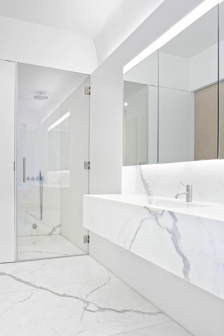 salle de bain blanche en marbre Plus