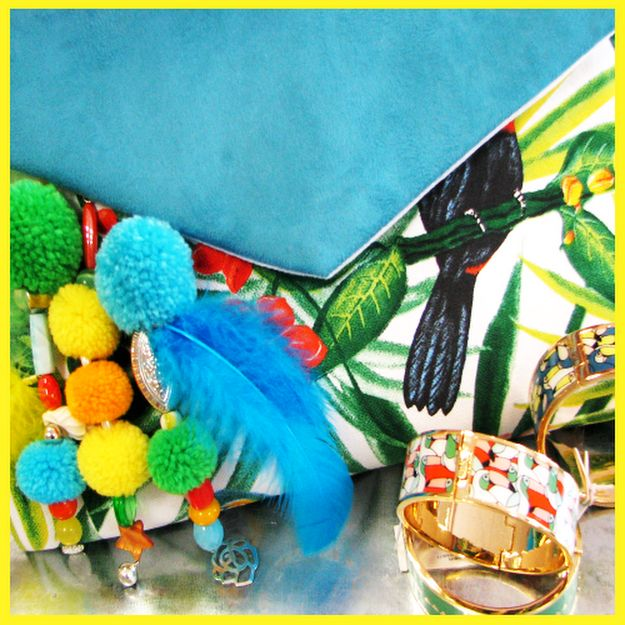 Bright Mood, une pochette tropicale exotique multicolore fait main made in France. Ce sac enveloppe est une invitation au voyage dans les îles caribéennes… Une toile de coton imprimée d'oiseaux tropicaux perchés dans une végétation luxuriante + Une douce suédine turquoise au toucher peau de pêche = Une joyeuse création ensoleillée pour nous mettre de belle humeur !