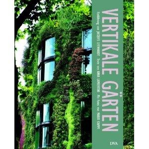"""Lebendige Wände  Natur im städtischen Umfeld zu schaffen und zu fördern, ist eine der wichtigen Aufgaben unserer Zeit. Fassadenbegrünungen steigern nicht nur die ökologische Qualität, sondern schaffen auch ein reiches und vielfältiges Formenvokabular bei der Gestaltung von Gebäuden im öffentlichen Raum. """"Vertikale Gärten"""" präsentiert Ihnen die spektakulärsten Grünen Wände weltweit: von Experimenten von Künstlern wie Hundertwasser oder Vito Acconci über die großartigen botanischen…"""