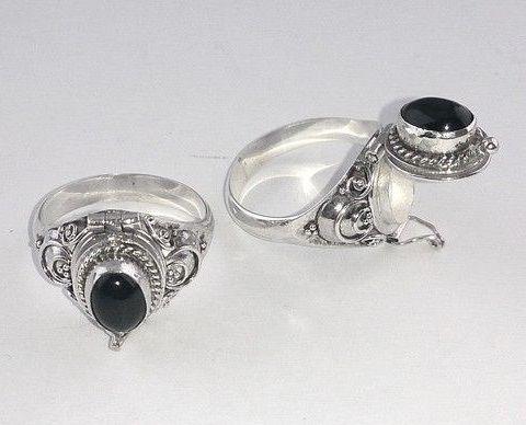 Zilveren gifring gezet met cabochon zwarte Onyx