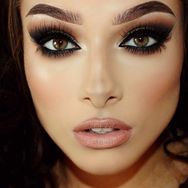 Dramatic make-up for the holidays.Follow me @ welete wickham