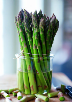 Store asparagus in the refrigerator ln water like cut flowers