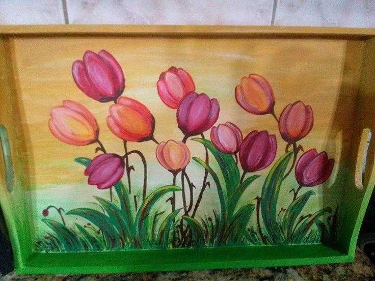 bandeja con tulipanes
