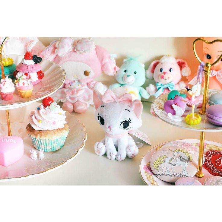 맛점하세요 #dollphotography#toyphotography#dollstagram#hatbox#pinkfeed#cerisestore#myroom#인테리어#소품#방꾸미기#마이멜로디#스위머#메종드알로하#도쿄#tokyo#sweets#cakestand#bakery#빵#베이커리#인형#디즈니스토어#disney#disneystore#픽시 by candice_luv