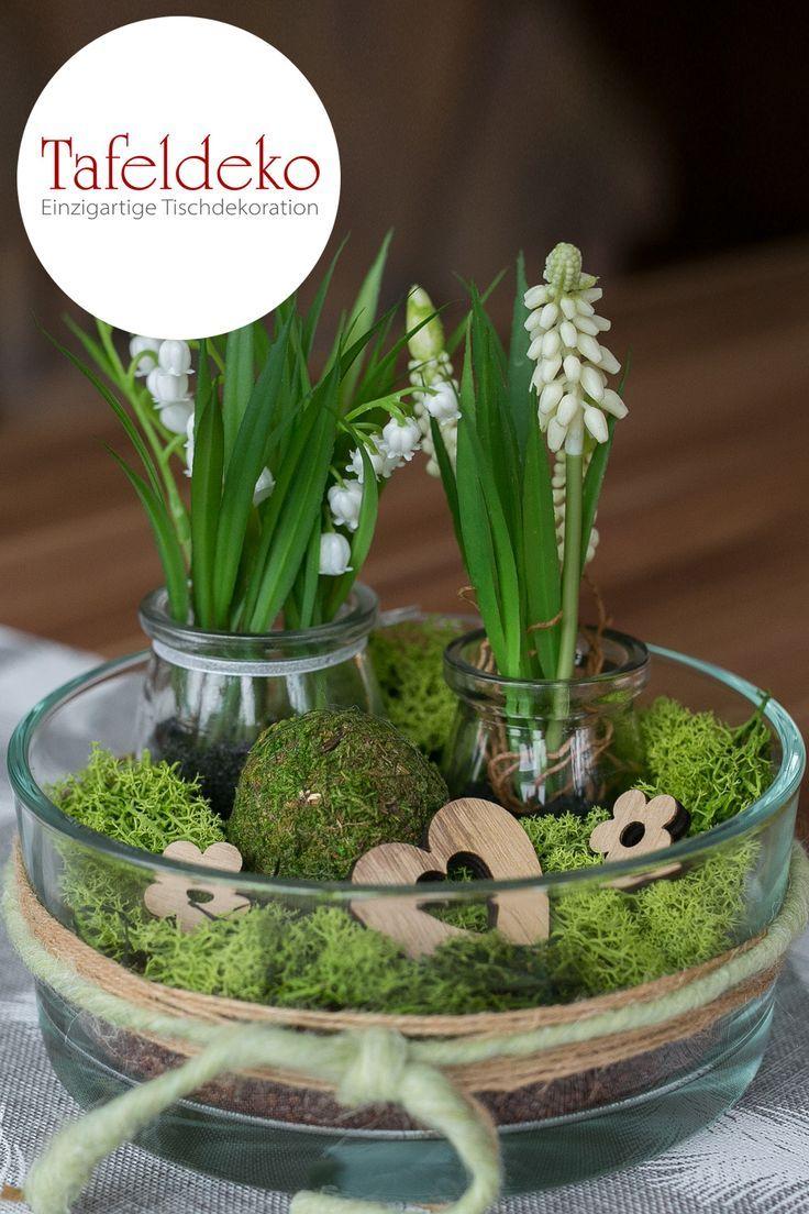 Es wird Zeit für Frühling! Die Tischdeko mit Schneeglöckchen, weißen Hyazinthen, Maiglöckchen und Moos ist natürlich schön und stimmt uns bei einer Tasse Tee und Gebäck auf den zarten Frühling ein.
