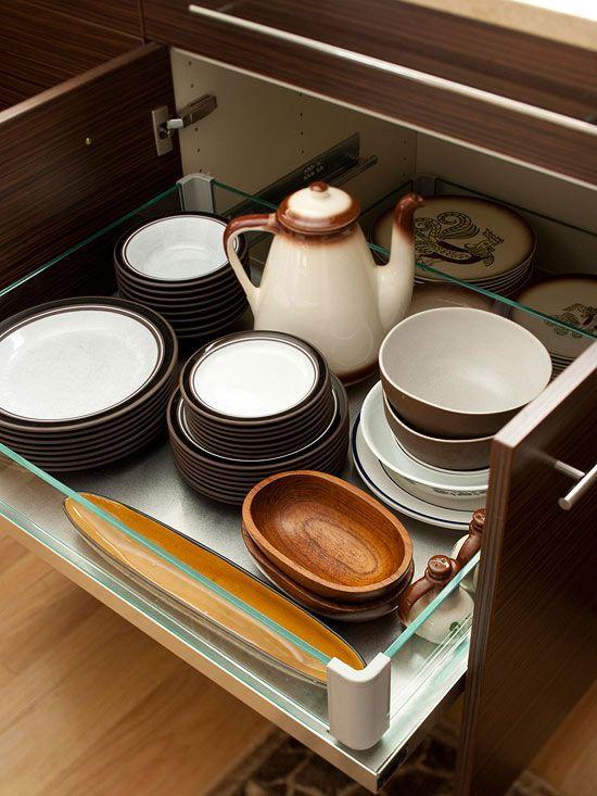 Armazenamento de pratos em armários inferiores evita ter que levantá-los e facilita a tarefa de descarregar a máquina de lavar louça. Gavetas e prateleiras de são frequentemente utilizadas em armários de cozinha mais baixos para evitar cantos escuros onde itens podem se perder.