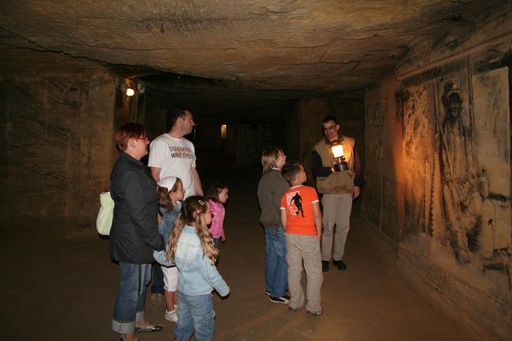 Laat u leiden door één van de oudste ondergrondse gangenstelsels van Zuid-Limburg. Verwonder u over de verhalen over de blokbrekers die eeuwenlang mergel wonnen om kastelen en kerken te bouwen. Leef mee met de mensen die zich in oorlogen schuil hielden en ontdek hun geheime plekken.   Voor meer bezoekersinformatie:   http://www.fluweelengrot.nl/  #mergel #fluweelengrot #Valkenburg #Limburg #kastelen #ruine