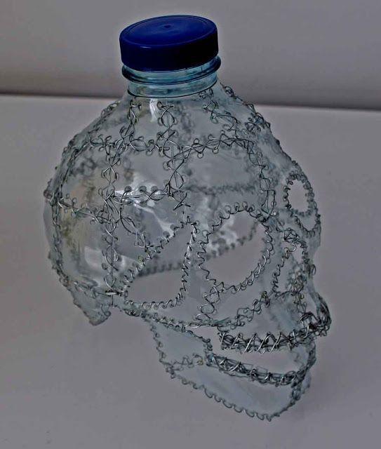 sculptures de crane recyclage de materiaux bouteille   Sculptures de crâne en recyclage   tête de mort Sculpture recyclage photo image crâne