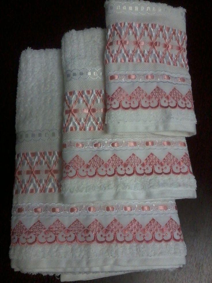 Jogo de toalhas brancas com trançado em fitas de cetim branca e salmão; toalhas Casa In Irina (Karsten); 96% algodão e 4% viscose. Conjunto com 01 toalha de banho, 01 de rosto e 01 de lavabo. Pedidos também sob encomenda com cores a combinar.