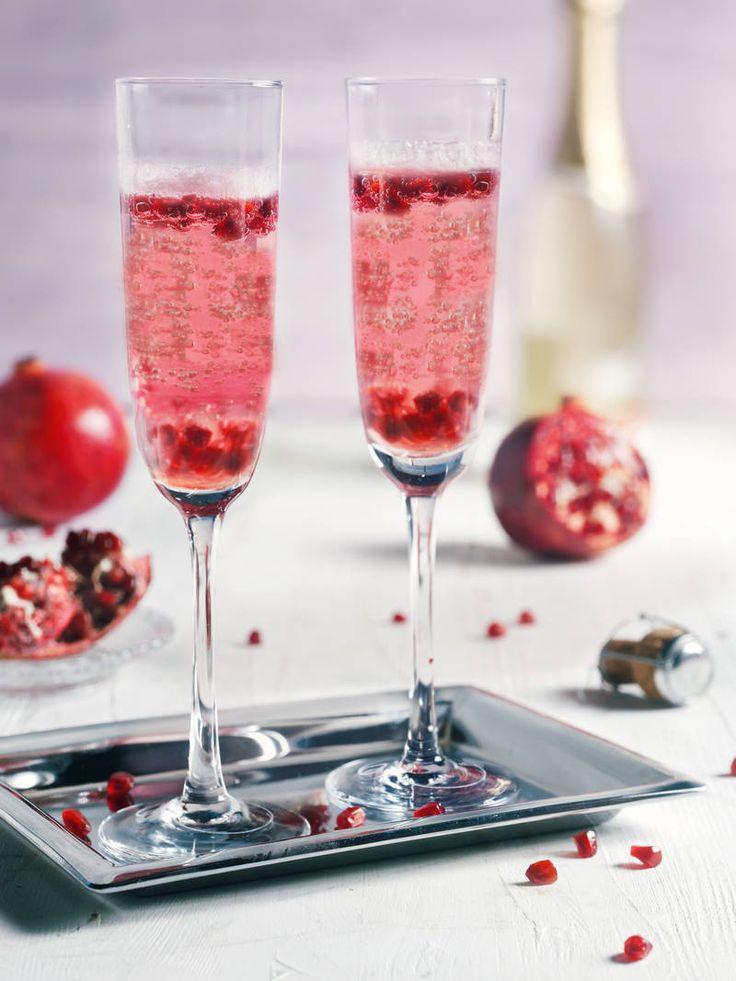 Der Crémant mit Granatapfel – als Sirup und Frucht – ist perfekt als Aperitif! #Crémant #Schaumwein #Granatapfel #Drink #Erfrischung #Rezept