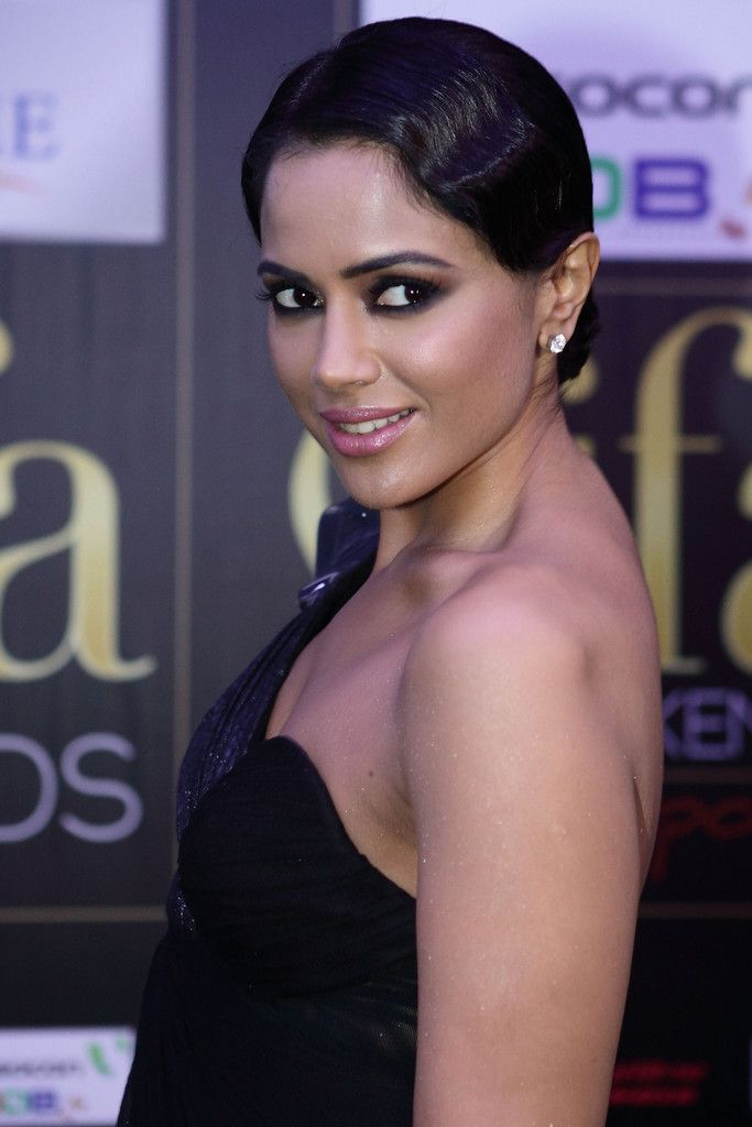 Sameera Reddy Photos Photos - Bollywood actress Sameera Reddy poses at the IIFA awards green carpet event  at the 2012 International India Film Academy Awards at the Singapore Indoor Stadium on June 9, 2012 in Singapore. 2012 IIFA Awards - Day 3