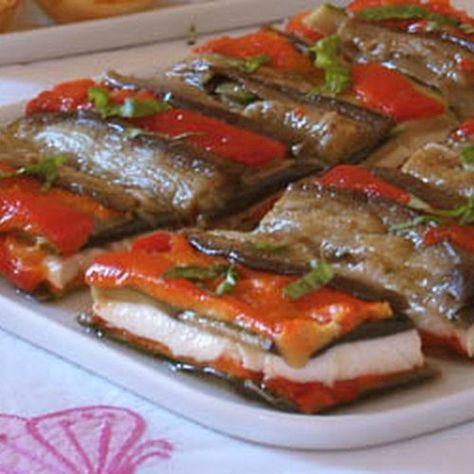 Un antipasto sfizioso: millefoglie di melanzane, peperoni e mozzarella - #ricetta