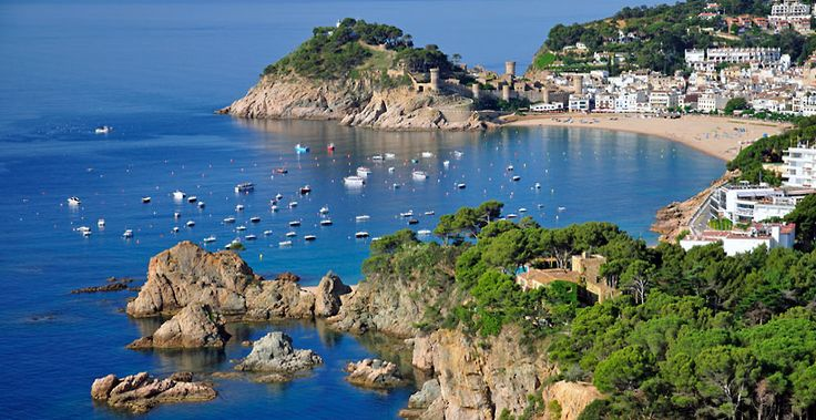 Lloret de Mar, Tossa de Mar and Blanes are just some of the famous resorts of the Costa Brava, full of charm in front of which you can not resist.