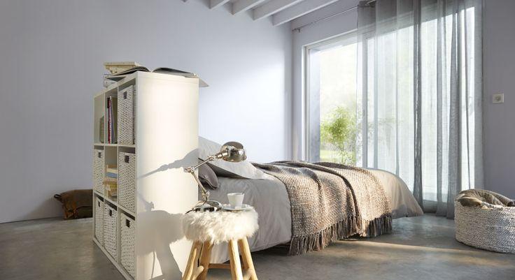 Alliance subtile du gris clair et du blanc. Le mobilier en bois clair et le linge de lit ton sur ton s'invitent dans cette douce atmosphère où le mot détente prend tout son sens... http://www.castorama.fr/store/pages/zoom-sur-peinture-grise-gris-lumiere.html