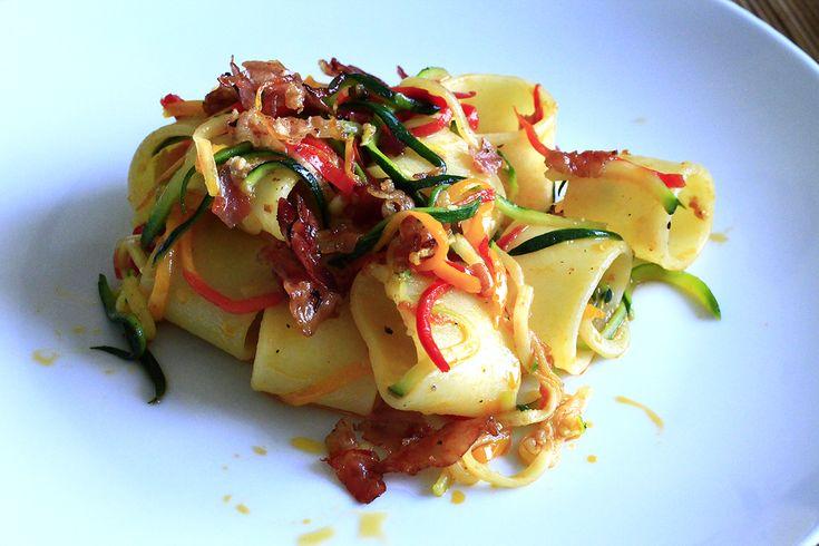Mezzi paccheri con julienne di verdure e pancetta sfrigolata