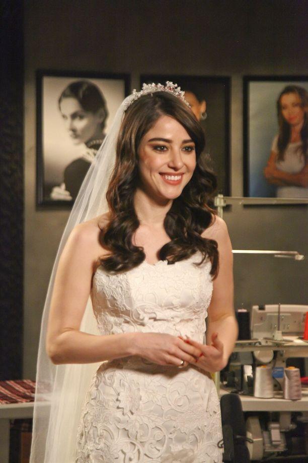 Özge Gürel, Turkish Actress  Yüzünde zerre estetik yok!!!! Gözleri de güzel onun!!! Anlamadım tam kimi tiye aldığını...